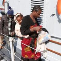 Migranti: sbarco a Pozzallo con 75 minori, grave una neonata