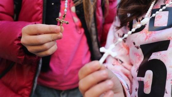 Palermo, vietato pregare in classe: i bambini entrano a scuola con il rosario al collo