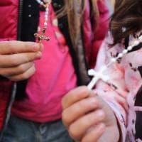 Palermo, vietato pregare in classe: i bambini entrano a scuola con il rosario