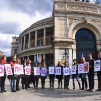 """Donne, a Palermo l'orchestra in scarpe rosse e una nuova palma al Politeama: """"Con la violenza piantiamola"""""""