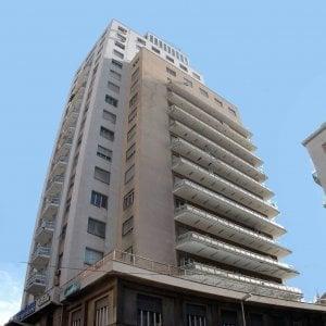Palermo, rifiuta di pagare posteggiatori abusivi e loro palpeggiano la moglie
