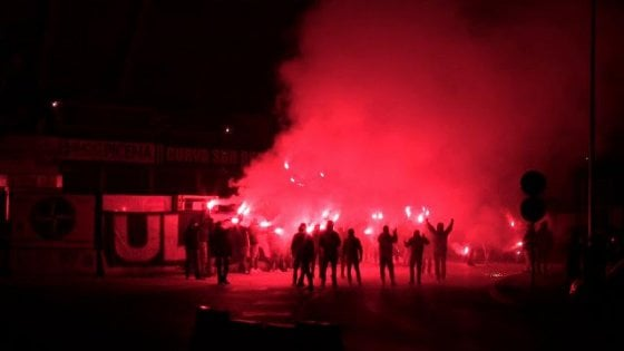 Fumogeni e bombe carta contro i passanti dai tifosi del Catania in viaggio verso Trapani