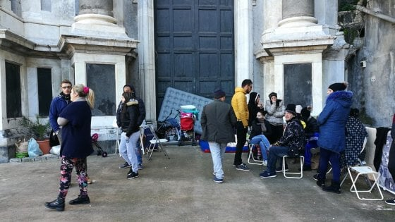 Catania, i senzatetto occupano il sagrato: il parroco chiude la Cattedrale