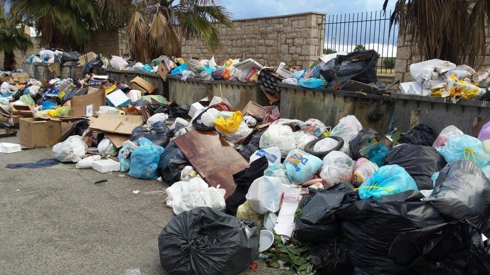 Trapani sommersa dai rifiuti, ma la discarica riapre