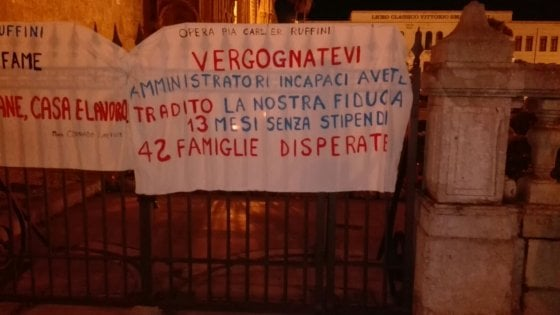 Palermo, lavoratori dell'opera pia Ruffini senza stipendio: fiaccolata all'Arcivescovado