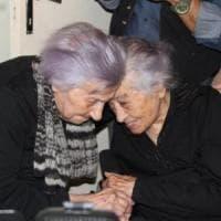 Agrigento: auguri a Fefè che compie 106 anni, festeggia con la sorella