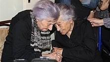Agrigento: auguri a Fefè che compie 106 anni, festeggia con la sorella di 112