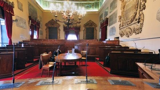 """Caos in Consiglio a Palermo, il M5S abbandona l'aula: """"Totò Orlando si dimetta"""""""