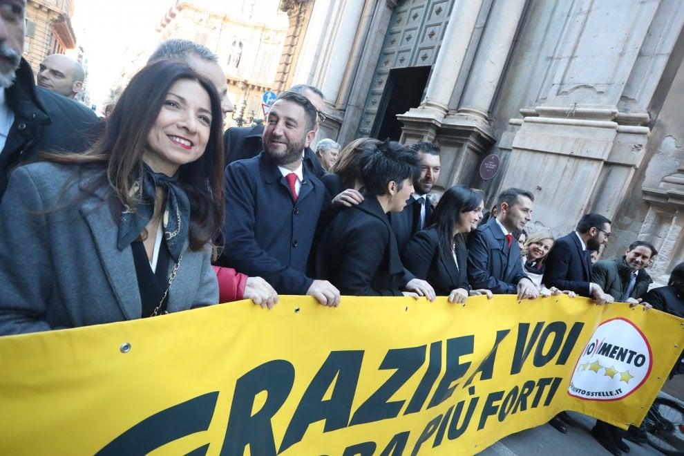 Sicilia i deputati 5 stelle arrivano in corteo all 39 ars for Deputati cinque stelle