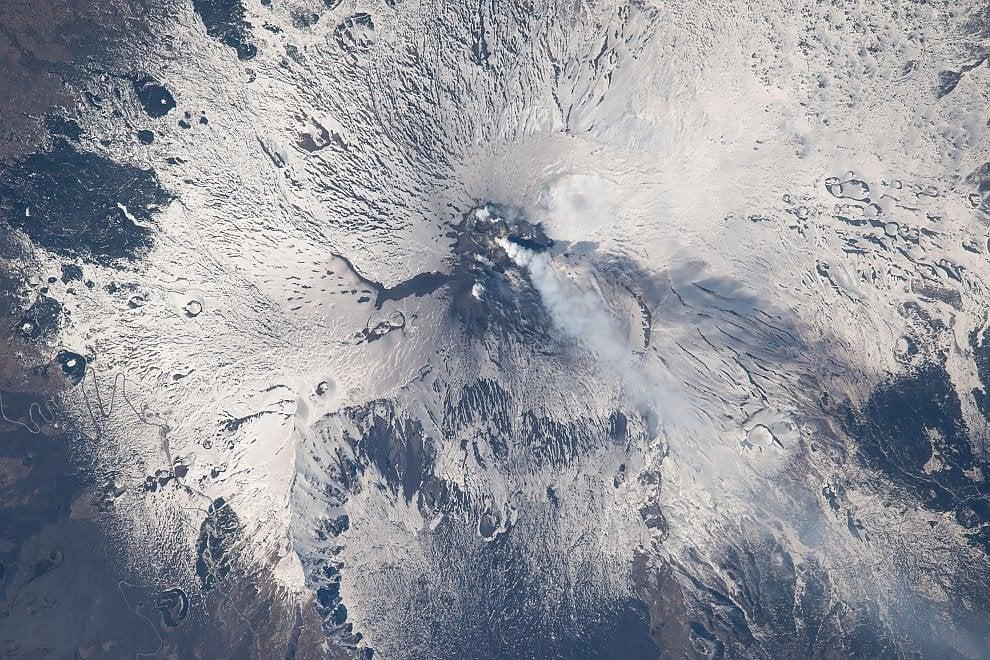 L'Etna visto dallo spazio: l'eruzione è un incanto
