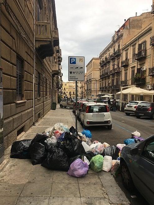 L'angolo della spazzatura, visitabile giorno e notte