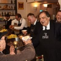 Palermo, il sindaco Orlando serve il pane con la milza ai poveri