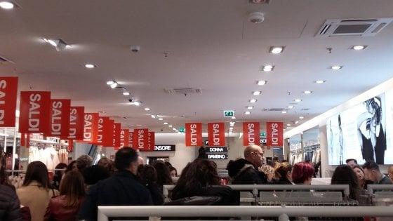 Palermo, il bel tempo aiuta i saldi: folla davanti ai negozi per l'avvio delle offerte