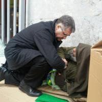Palermo, la protesta di Biagio Conte: l'arcivescovo si inchina al missionario
