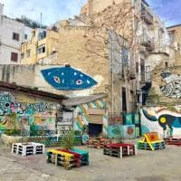 Palermo, i volontari puliscono la piazza distrutta dai vandali