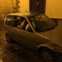 Palermo, l'auto abbandonata diventa un cassonetto