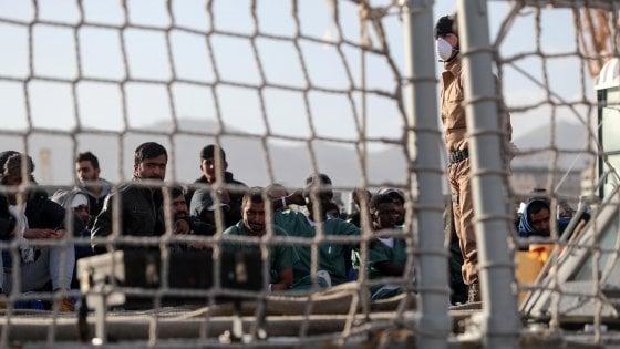 """Lampedusa, il garante dei detenuti: """"L'hotspot per migranti trasformato in un carcere indecoroso"""""""