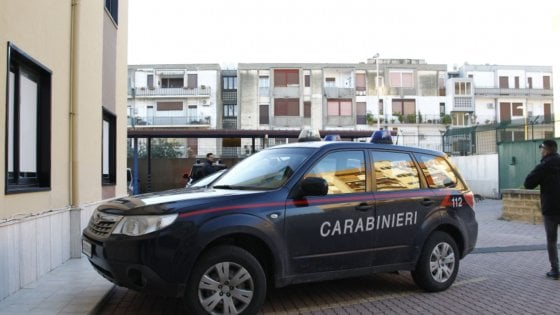 Scoperto con la droga scappa, picchia e minaccia i carabinieri