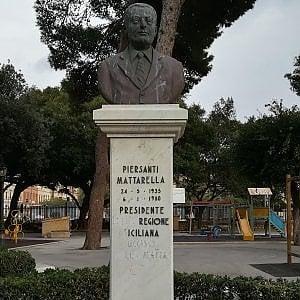 """Trapani, danni al monumento a Piersanti Mattarella: sparita la parola """"mafia"""""""