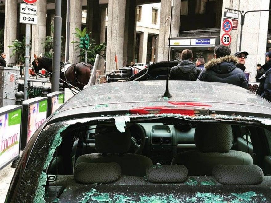 """Palermo, il cavallo """"tampona"""" un'auto in centro: si imbizzarrisce e sfonda il vetro della vettura"""