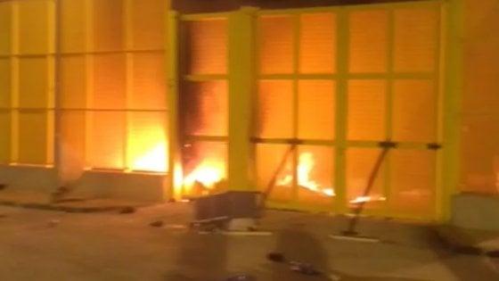 Rivolta e incendio nell'hotspot di Trapani, sessanta tunisini tentano la fuga