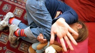 Genitori facevano prostituire figlia di 9 anni Palermo, arrestati i genitori e due pedofili