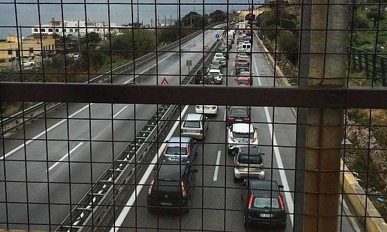 Tir finisce fuori strada sulla Palermo - Mazara del Vallo: traffico in tilt