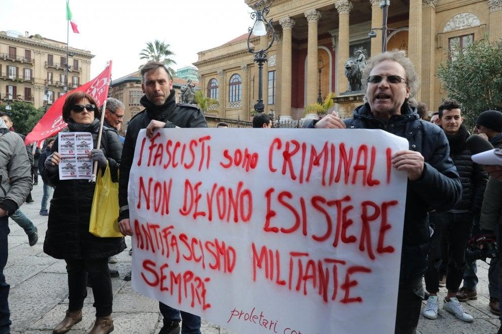 Palermo, il raduno antifascista: i centri sociali sfilano con lo scotch dopo l'aggressione