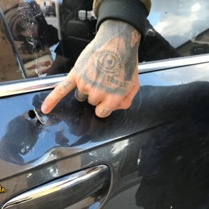 Palermo, aggressione a una troupe di Striscia la notizia: colpo di fucile contro l'auto allo Zen
