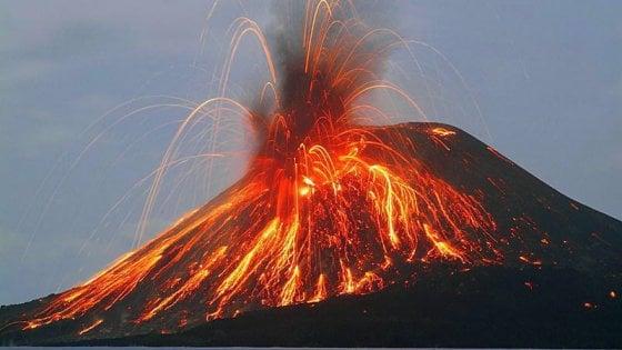 Esplosione dal cratere di Stromboli, eruzione vista anche da Lipari