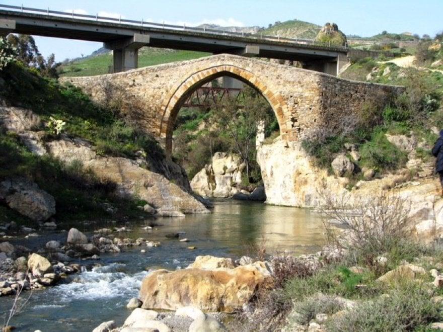 """Enna, studenti """"a guardia"""" del ponte normanno abbandonato"""