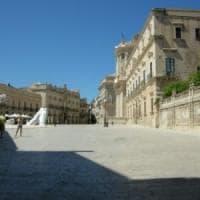 Blitz a Ortigia dopo le segnalazioni dei turisti: sequestrati collane, occhiali