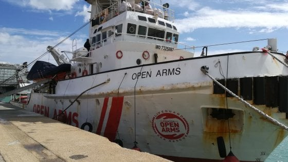 """Migranti, il sequestro della Open Arms. L'equipaggio ai pm: """"I libici ci hanno minacciato di morte"""""""