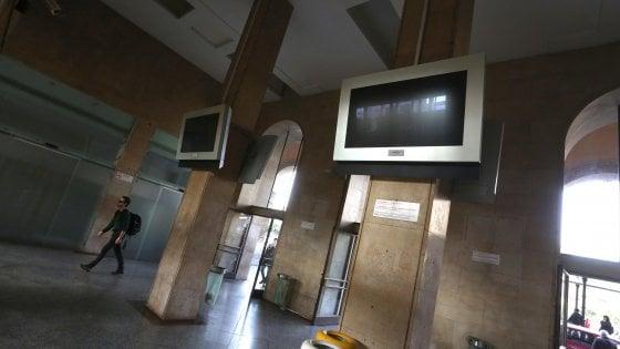 Palermo, si travestono da operai per imbrattare i muri della stazione centrale