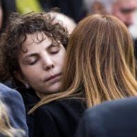 Funerali di Frizzi, la moglie Carlotta abbraccia la