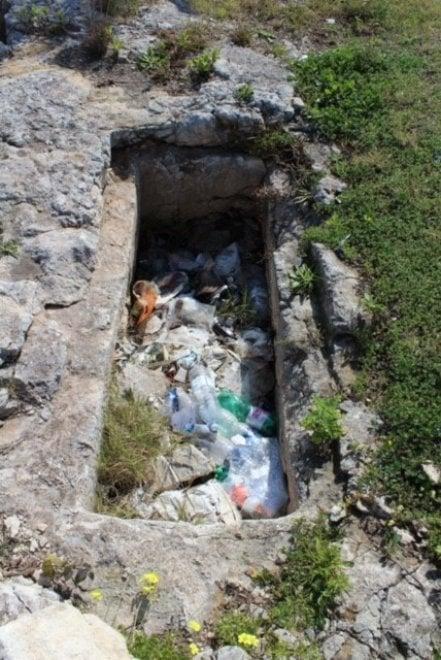 Siracusa, le tombe greche diventano pattumiere