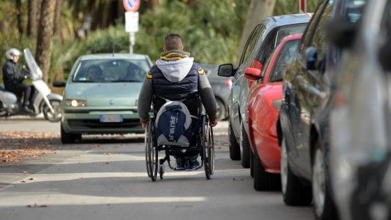 Palermo: manca il personale per aiutare un disabile, l'udienza si celebra sulle scale