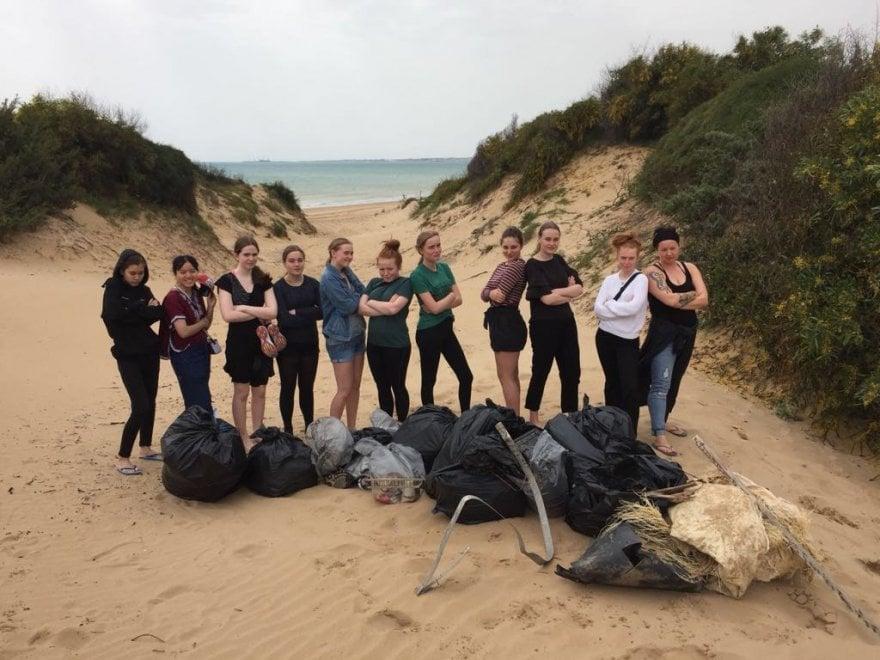 Ragusa, la spiaggia è sporca? La puliscono le turiste danesi