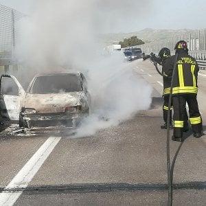 Vettura prende fuoco sull'autostrada Palermo-Catania: lunghe code a Enna