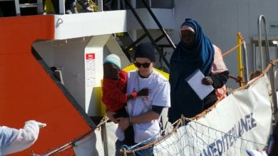 A Trapani la nave Aquarius con 537 migranti: uno si tuffa in acqua per non essere rimpatriato