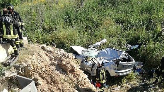 Siracusa, auto finisce giù da una scarpata: tre morti
