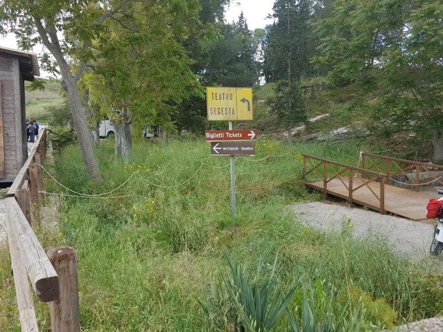 """Il parco di Segesta tra erbacce e bagni rotti. I sindacati: """"Intervenga l'assessore Tusa"""""""