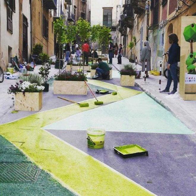 """Palermo, """"miracolo"""" in centro storico: una strada chiusa al traffico si trasforma in giardino"""