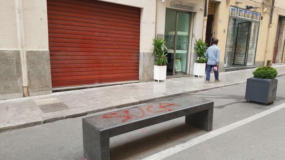 Palermo: vandali in corso Vittorio Emanuele, scritte spray sugli arredi