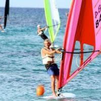 Palermo, le tavole a vela dei windsurfer colorano la baia di Mondello