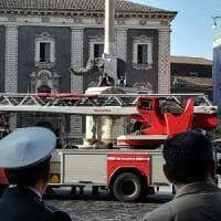 Catania, senzatetto sul monumento dell'Elefante in piazza Duomo per protesta