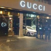 Palermo, sfondano con l'auto la vetrina di Gucci in via Libertà. Ma il