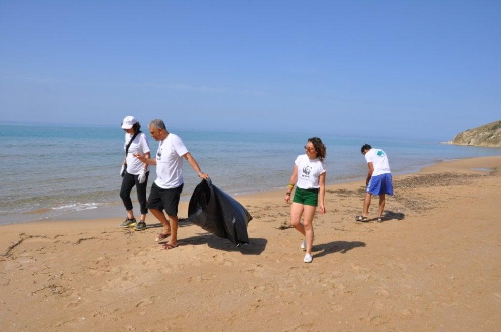 Agrigento, i volontari del Wwf puliscono Torre Salsa