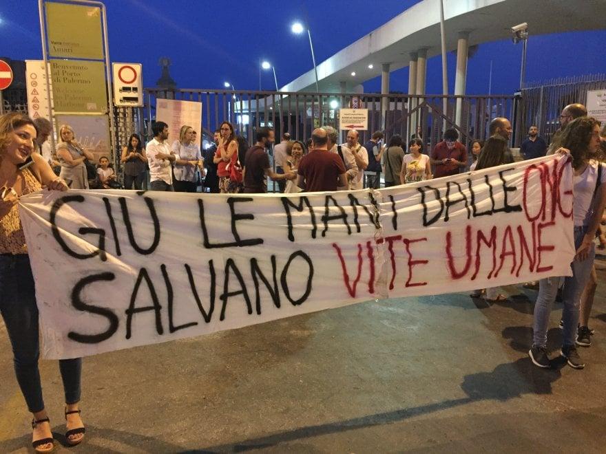 Centinaia in corteo contro la decisione del governo di non accogliere i migranti