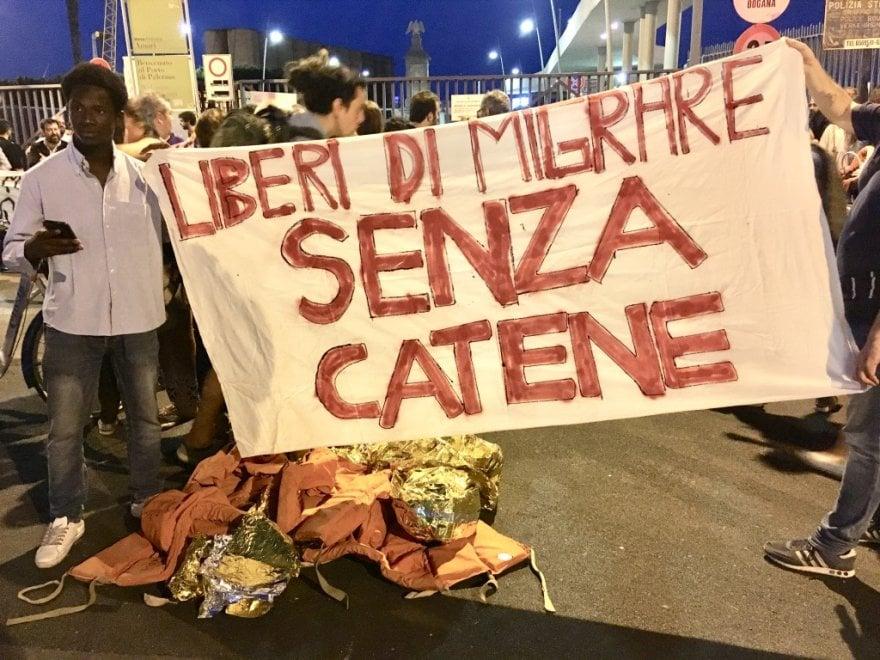 Palermo, in migliaia al porto per solidarietà all'Aquarius